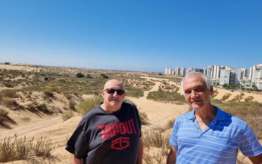 """הפעילים בעז רענן (מימין) וד""""ר משה דרור בדיונה הגדולה באשדוד, אוקטובר 2021 (צילום: אביב לביא)"""