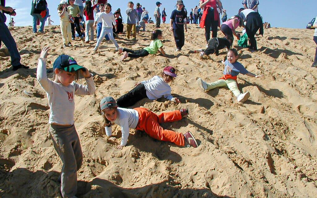 ילדים משחקים בדיונה הגדולה באשדוד (צילום: בועז רענן)