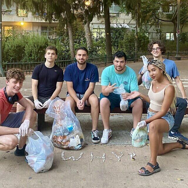 שרונה שניידר, כורעת מימין, עם מתנדבים באירוע ניקיון של Tuesdays for Trash בפארק בתל אביב, 24 באוגוסט 2021 (צילום: באדיבות שרונה שניידר)
