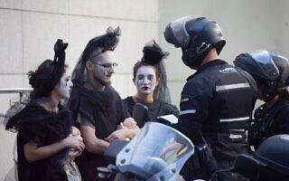המשטרה מפנה מפגן מחאה של המרד בהכחדה בבנק הפועלים בתל אביב, 6 באוקטובר 2021 (צילום: המרד בהכחדה)