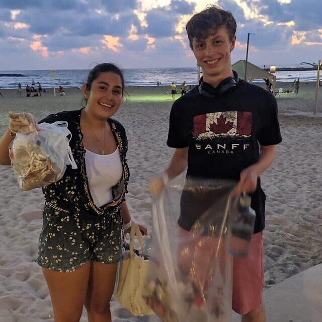 מתנדבים אוספים אשפה מחוף ים בתל אביב (צילום: באדיבות שרונה שניידר)