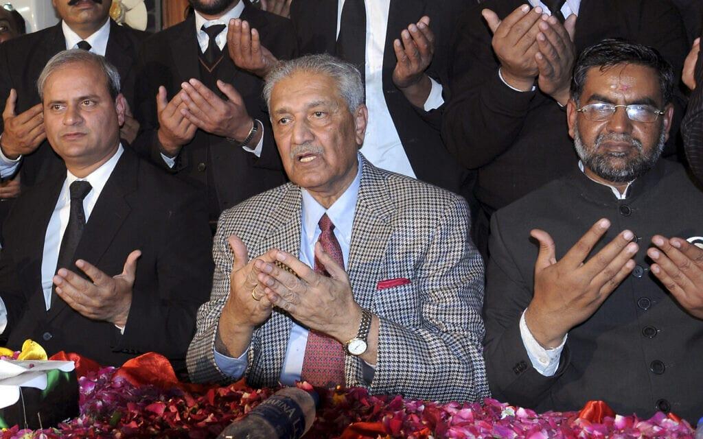 """ד""""ר עבד אל-קדיר ח'אן מתפלל בפקיסטן, ינואר 2010 (צילום: AP Photo)"""