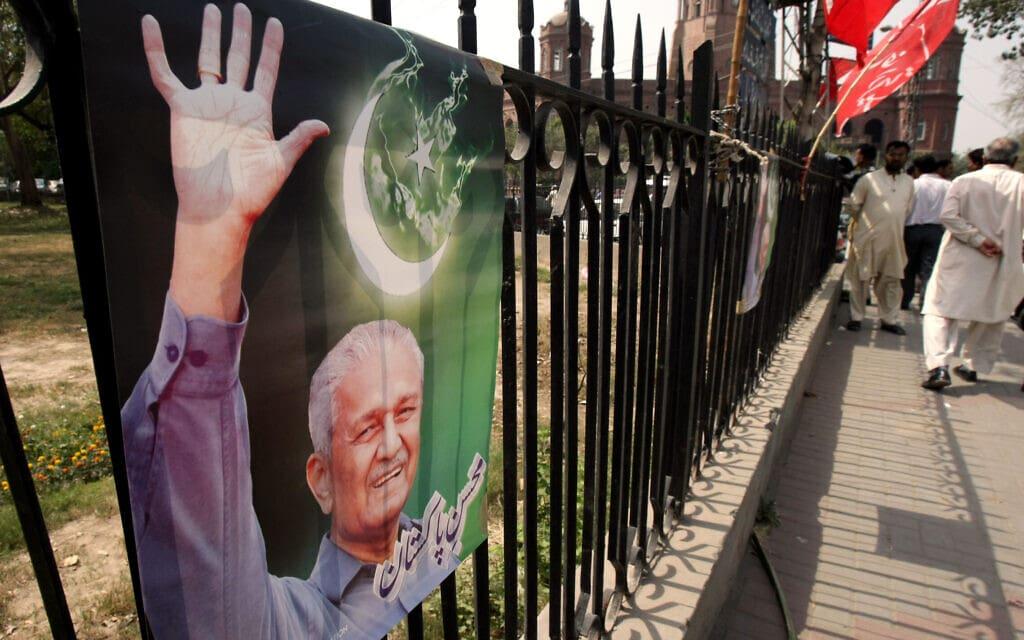 """פוסטר של ד""""ר עבד אל-קדיר ח'אן בלהור, פקיסטן, במרץ 2010. ח'אן היה נערץ על בני עמו (צילום: AP Photo/K.M. Chaudary)"""