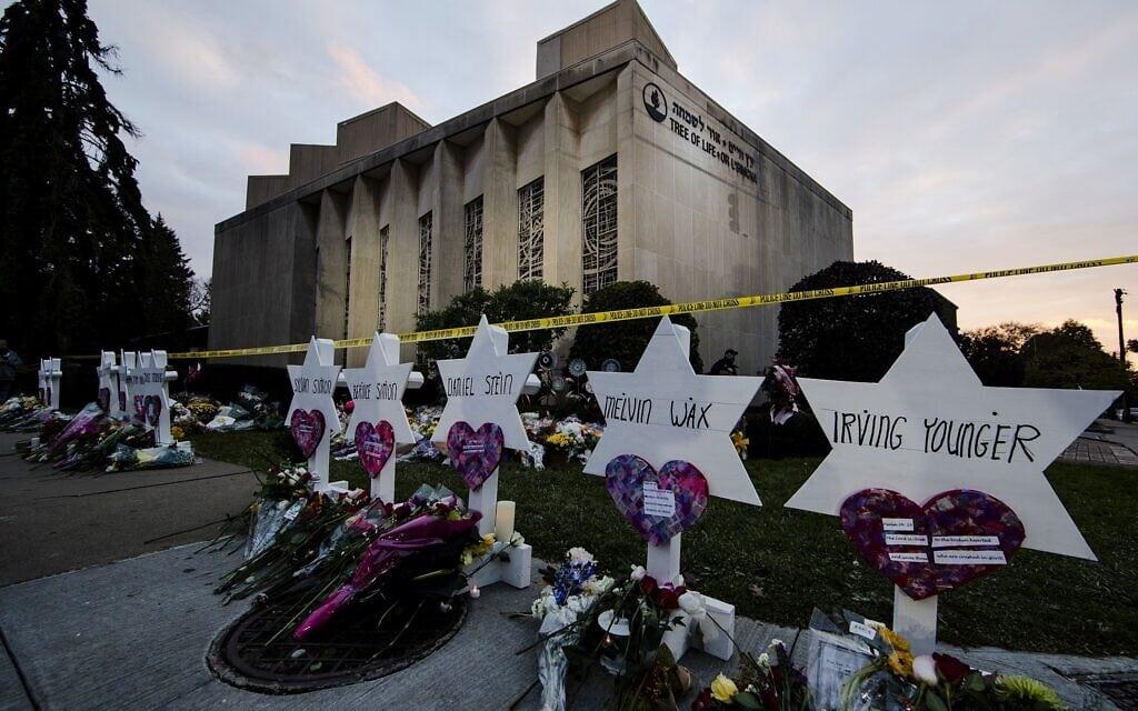 אנדרטה מאולתרת מחוץ לבית הכנסת עץ החיים אחרי פיגוע הירי בפיטסבורג, 29 באוקטובר, 2018. בפיגוע נרצחו 11 יהודים (צילום: AP/Matt Rourke)