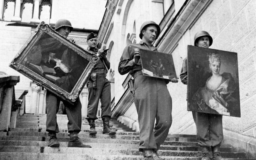 חיילים אמריקאים מחזיקים ביצירות שנבזזו והוחבאו על ידי נאצים, מאי 1945 (צילום: AP Photo/Keystone Pool/Horace Abrahams)