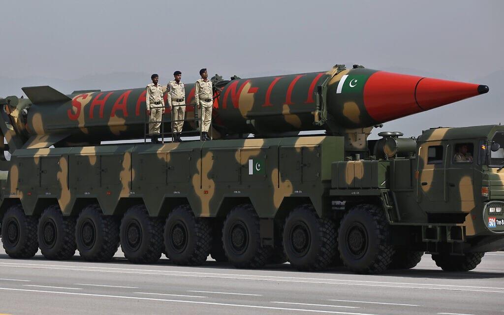 טיל שאהין 3 בעל ראש נפץ גרעיני מתוצרת פקיסטן, מוצג בתהלוכה צבאית בפקיסטן,25 במרץ 2021 (צילום: AP Photo/Anjum Naveed)