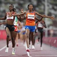 הרצה אגנס טירופ מקניה (משמאל) באולימפיאדת טוקיו, 30 ביולי 2021 (צילום: AP Photo/Petr David Josek)