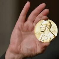 מדליית פרס הנובל, 2020 (צילום: Angela Weiss/Pool Photo)