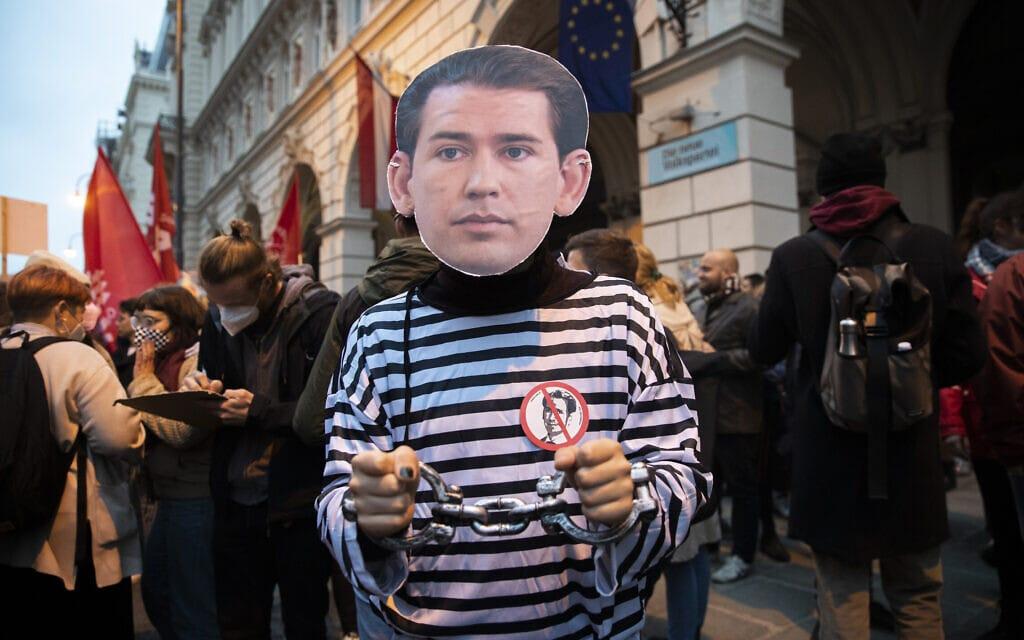מפגינים באוסטריה נגד הקנצלר סבסטיאן קורץ לנוכח הפתיחה בחקירת שוחד נגדו (צילום: AP Photo/Lisa Leutner)