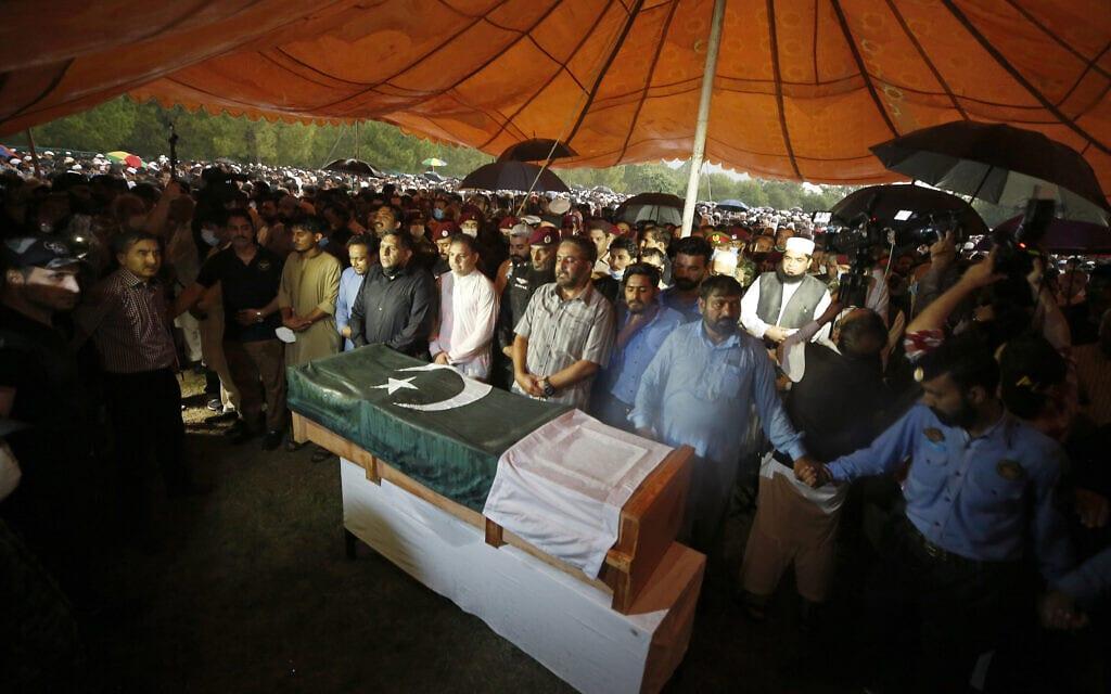 """עשרות אלפים בהלוויה של ד""""ר עבד אל-קדיר ח'אן באיסלמבד, פקיסטן, 10 באוקטובר 2021 (צילום: AP Photo/Anjum Naveed)"""