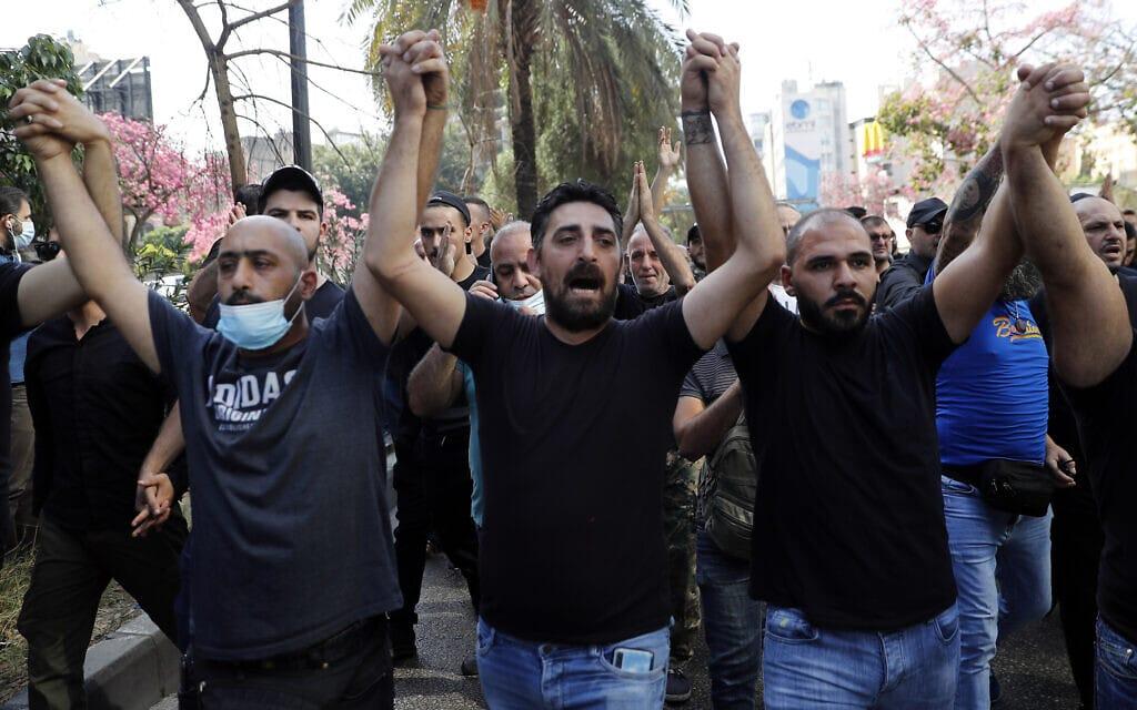 תומכי חזבאללה ותנועת אמל מפגינים בביירות נגד השופט טארק ביטר, 14 באוקטובר 2021 (צילום: AP Photo/Hussein Malla)