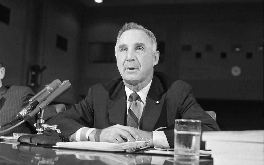 """מנכ""""ל """"פיליפ מוריס"""" ג'וזף קולמן מופיע בפני הסנאט האמריקאי ב-22 ביולי 1969 לדיון על איסור פרסום סיגריות בטלוויזיה (צילום: AP Photo)"""