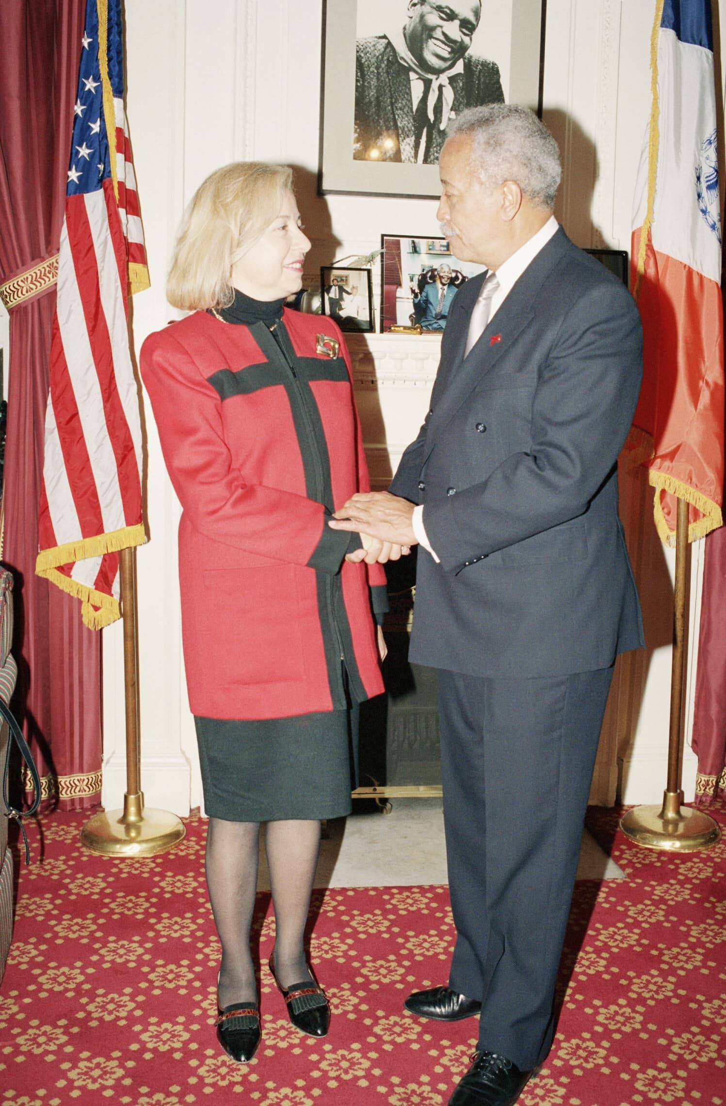 קולט אביטל, אז הקונסולית בניו יורק, עם ראש עיריית ניו יורק דאז דיוויד דיקינס, 25 בנובמבר 1992 (צילום: AP Photo/David Karp)