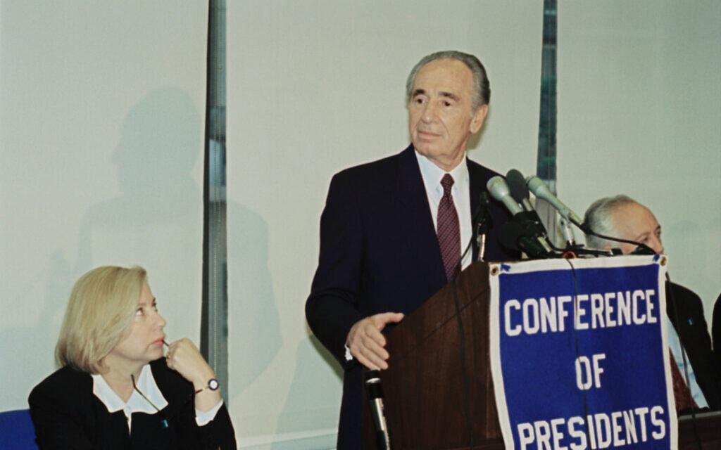 שמעון פרס בוועידת הנשיאים של הארגונים היהודיים בניו יורק, משמאל קולט אביטל, הקונסולית בניו יורק, 23 במאי 1994 (צילום: AP Photo/David Karp)