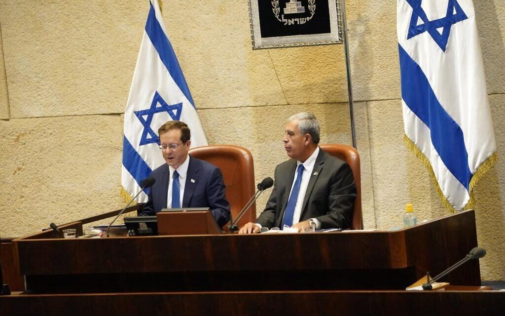 נשיא המדינה יצחק הרצוג ויושב ראש הכנסת מיקי לוי במליאת הכנסת, 4 באוקטובר 2021 (צילום: דני שם טוב, דוברות הכנסת)
