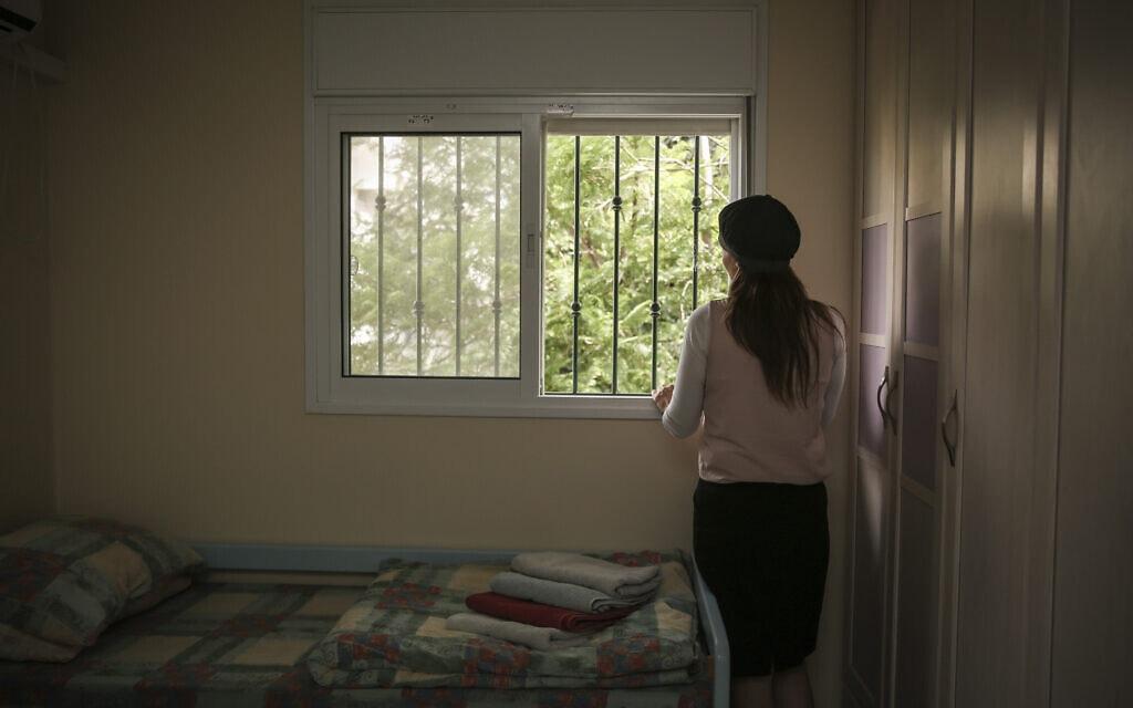 אישה חרדית במעון לנשים מוכות בבית שמש (צילום: הדס פרוש/פלאש90)