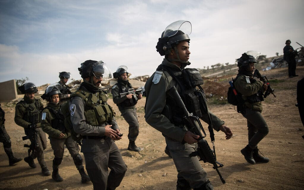 משטרת ישראל ומשמר הגבול באום אל-חיראן ביום הפינוי הגורלי שבו נהרג יעקוב אל-קיעאן, 18 בינואר 2017 (צילום: הדס פרוש/פלאש90)