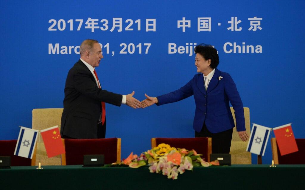 """ראש הממשלה בנימין נתניהו עם סגן ראש הממשלה ליו ינדונג בבייג'יג, 21 במרץ 2017 (צילום: חיים צח/לע""""מ)"""