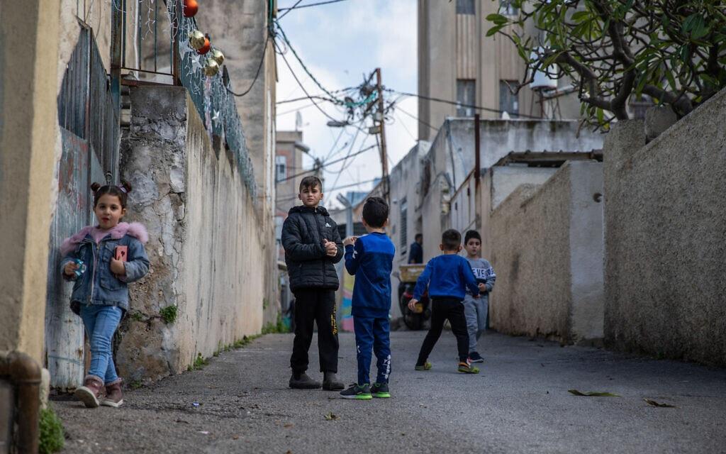 ילדים משחקים בשכונת ואדי ניסנאס בחיפה, 5 בפברואר 2021 (צילום: Shir Torem/Flash90)