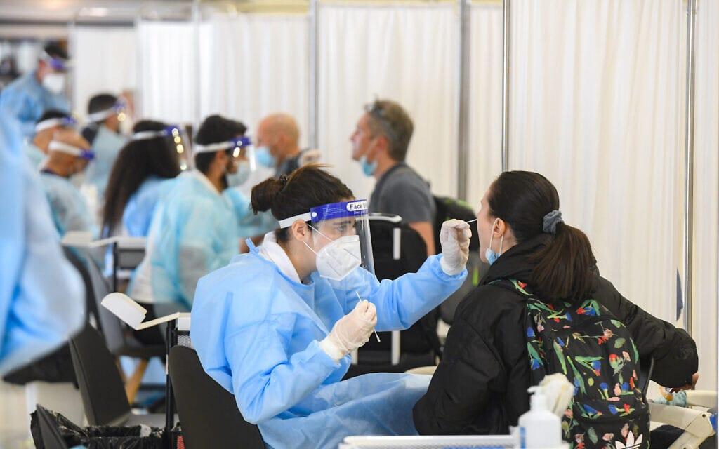 בדיקות קורונה בנמל התעופה בן-גוריון, 8 במרץ 2021; למצולמים אין קשר לדיווח (צילום: פלאש 90)