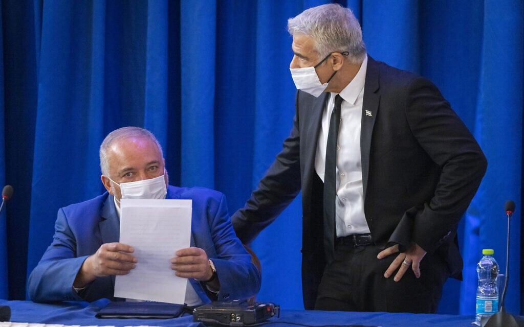 יאיר לפיד ואביגדור ליברמן בישיבת הקבינט במשרד החוץ, 12 בספטמבר 2021 (צילום: אוליבייה פיטוסי/פלאש90)