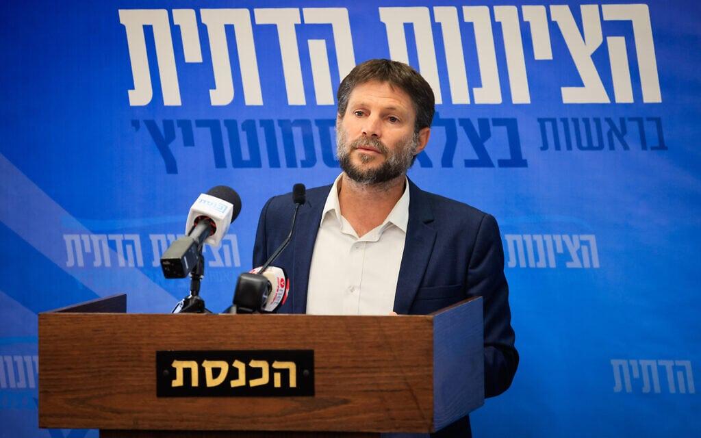 יושב ראש הציונות הדתית בצלאל סמוטריץ' נושא דברים בישיבת סיעתו בכנסת, 4 באוקטובר 2021 (צילום: אוליבייה פיטוסי, פלאש 90)