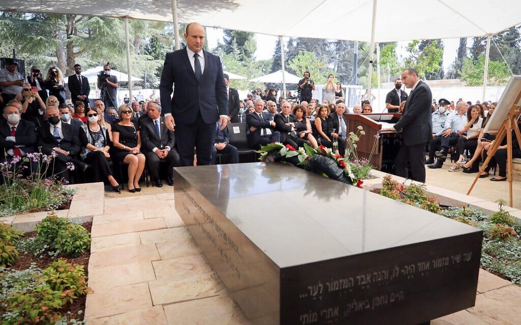 ראש הממשלה נפתלי בנט ליד קברו של שמעון פרס במלאת חמש שנים למותו, 4 באוקטובר 2021 (צילום: מרק ישראל סלם - פול [מתוך פלאש 90])