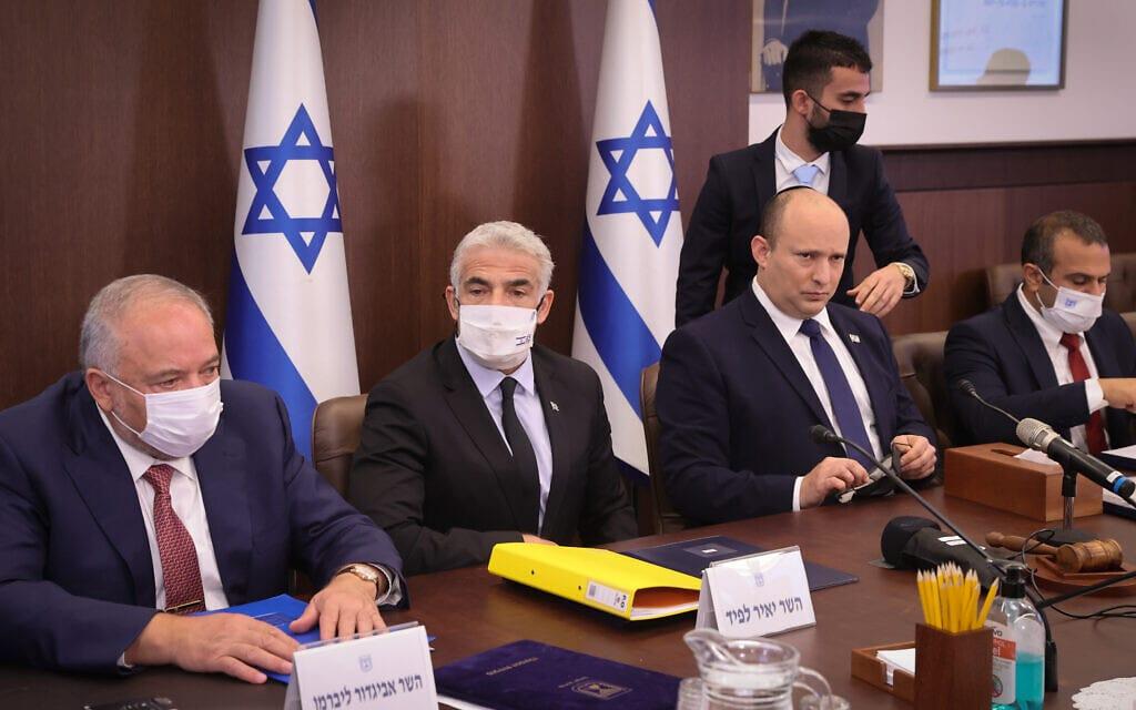 נפתלי בנט, יאיר לפיד אביגדור ליברמן בישיבת הקבינט במשרד ראש הממשלה, 5 באוקטובר 2021 (צילום: Alex Kolomoisky/POOL)