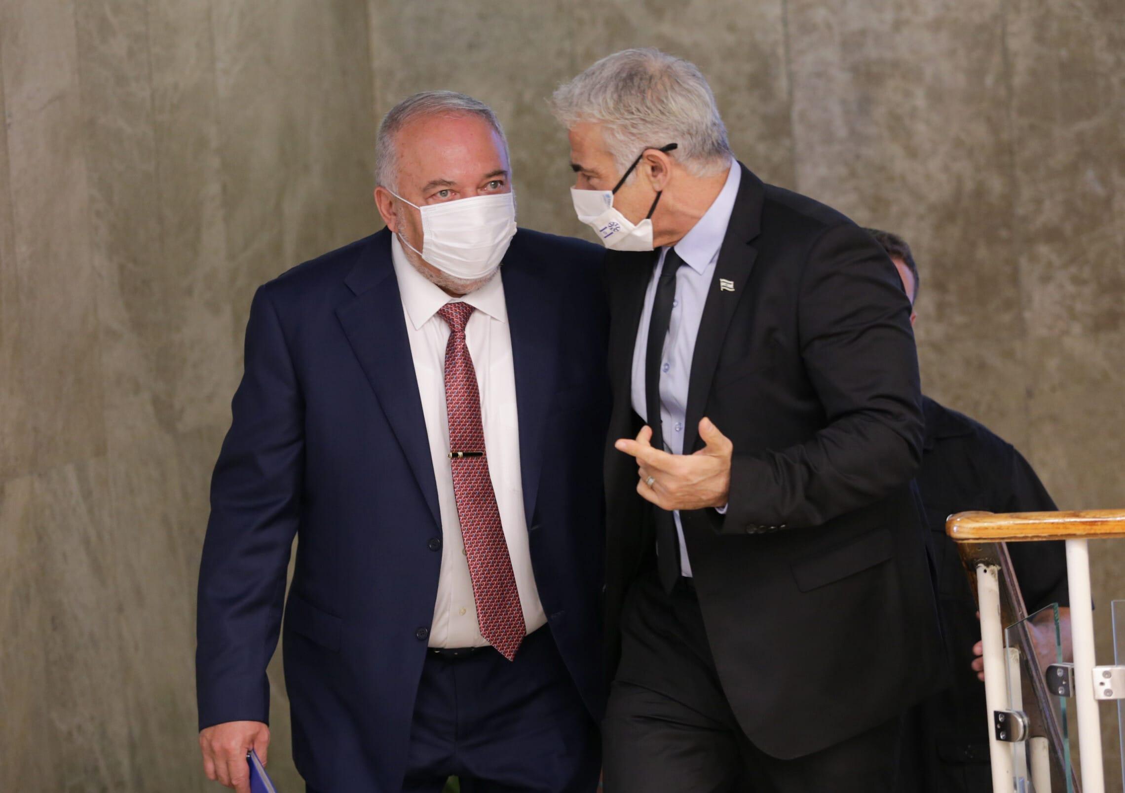 יאיר לפיד ואביגדור ליברמן בדרך לפגישת קבינט במשרד ראש הממשלה, 5 באוקטובר 2021 (צילום: Alex Kolomoisky/POOL)