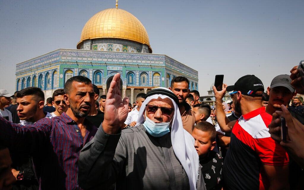 פלסטינים מפגינים באל-אקצא בעקבות החלטת בית המשפט לאפשר תפילות של יהודים בהר הבית, 8 באוקטובר 2021 (צילום: Jamal Awad/Flash90)