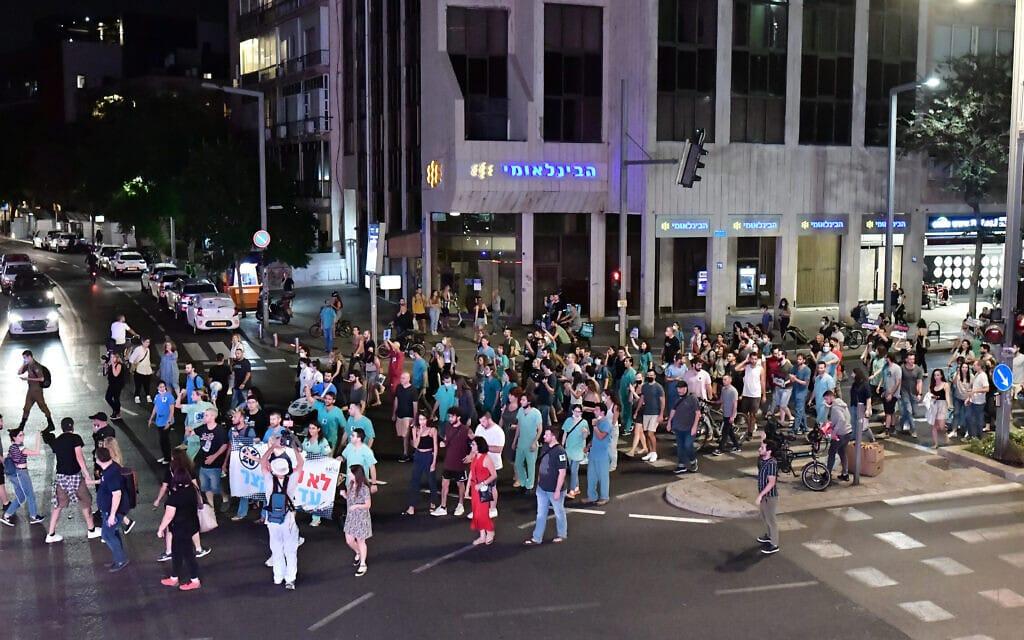 מפגינים מוחים בתל אביב בדרישה לקצר את אורך משמרותיהם של הרופאים המתמחים, 10 באוקטובר 2021 (צילום: תומר נויברג, פלאש 90)
