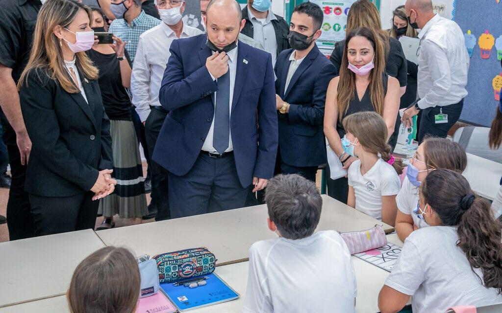 ראש הממשלה נפתלי בנט ושרת החינוך יפעת שאשא ביטון בבית הספר רמון במודיעין, 12 באוקטובר 2021 (צילום: יוסי אלוני, פלאש 90)