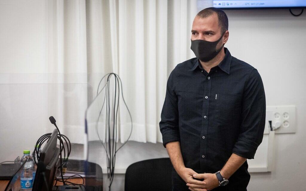 """עורכו לשעבר של אתר """"וואלה!"""" אבירם אלעד בבית המשפט המחוזי בירושלים, 18 באוקטובר 2021 (צילום: יונתן זינדל, פלאש 90)"""