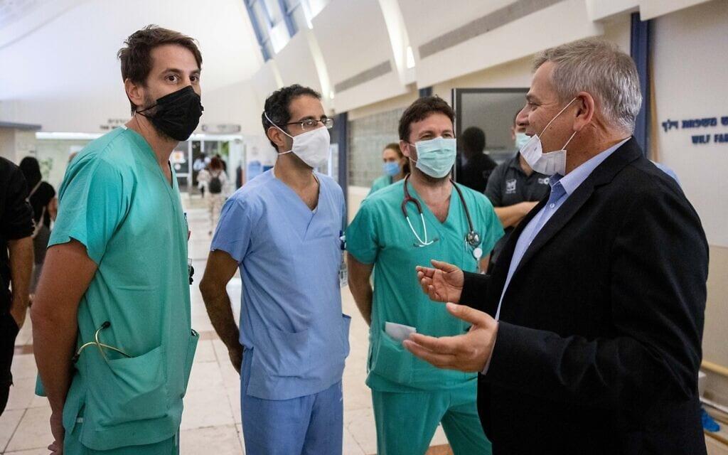 שר הבריאות ניצן הורוביץ משוחח עם אנשי צוות רפואי בבית החולים שערי צדק בירושלים, 18 באוקטובר 2021 (צילום: יונתן זינדל, פלאש 90)