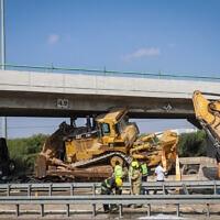 משאית שהובילה ציוד מכני והתנגשה בגשר בכביש 1, 26 באוקטובר 2021 (צילום: יוסי אלוני, פלאש 90)