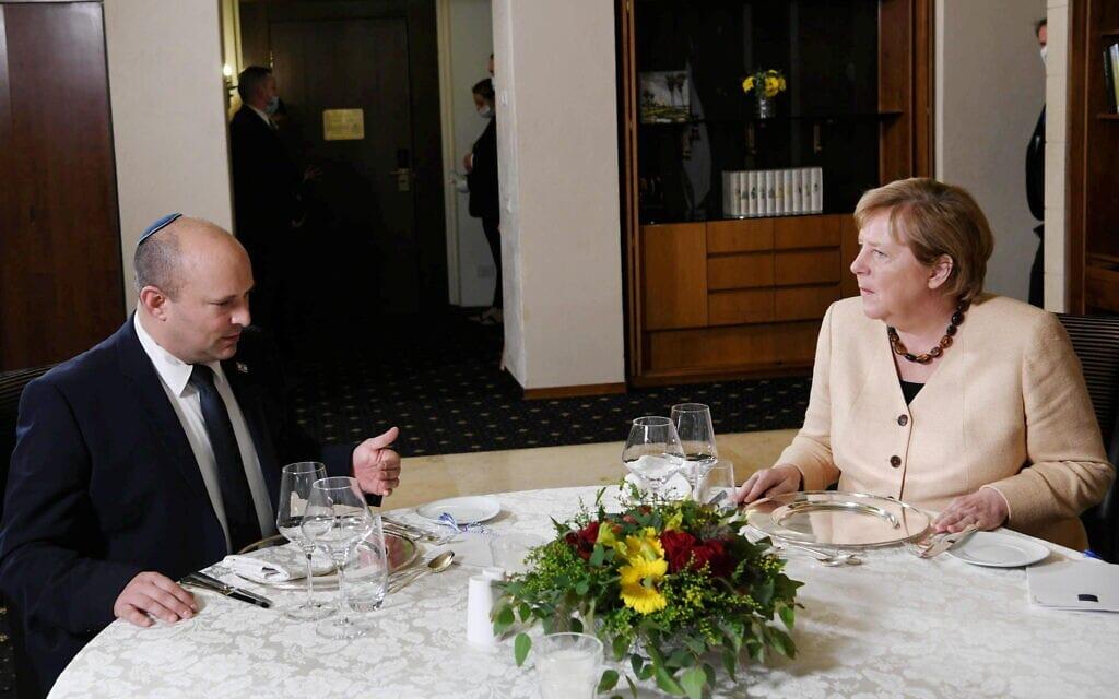 """ראש הממשלה נפתלי בנט וקנצלרית גרמניה אנגלה מרקל, 10 באוקטובר 2021 (צילום: עמוס בן גרשום, לע""""מ)"""