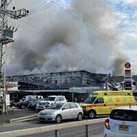 מרכז הקניות Z סנטר בקלנסווה, בשעה ששרפה מתחוללת בו, 16 באוקטובר 2021 (צילום: כבאות והצלה לישראל)