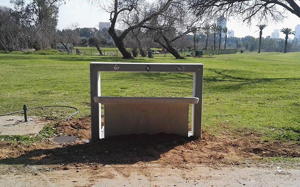 מתקן ברזים לשתייה בפארק הירקון בתל אביב (צילום: חברת גני יהושע)