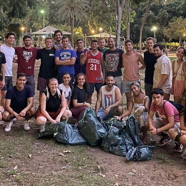 מתנדבים מנקים פארק בתל אביב (צילום: באדיבות שרונה שניידר)