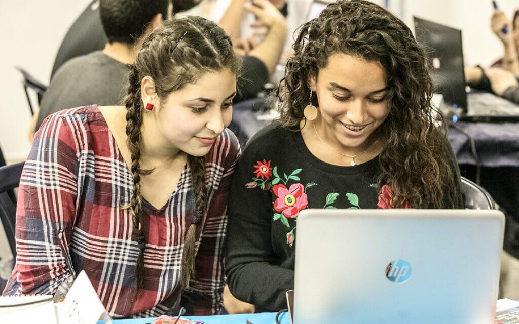 תלמידות ערביות עובדות על פרויקט במונא, חממה טכנולוגית ללא מטרות רווח הפועלת בגליל, שמטרתה לבנות גשרים בין בני נוער יהודים וערבים באמצעות טכנולוגיות חלל (צילום: באדיבות מונא)
