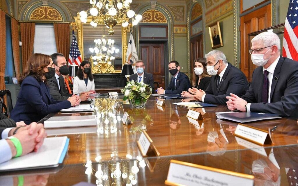 שר החוץ יאיר לפיד בפגישה עם סגנית הנשיא האמריקאי קמלה האריס, 13.10.2021 (צילום: שלומי אמסלם, לע״מ)