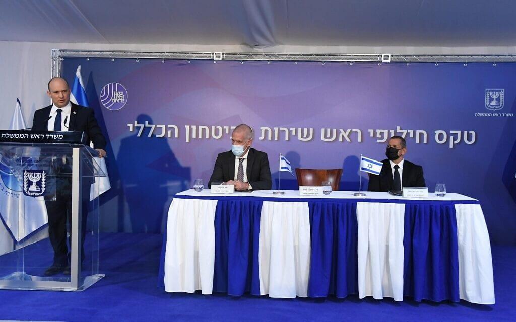 """ראש הממשלה בנט נואם לצד ראש השב״כ היוצא נדב ארגמן וראש השב״כ הנכנס רונן בר, 13.10.2021 (צילום: חיים צח / לע""""מ)"""