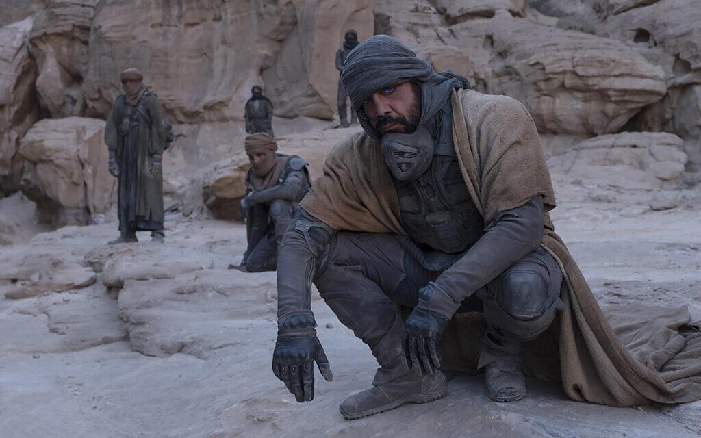 """חוויאר ברדם בסרט """"חולית"""" 2021 (צילום: Chia Bella James/Warner Bros)"""