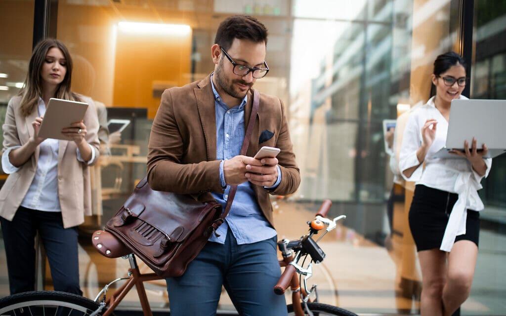 מגיעים לעבודה עם אופניים, אילוסטרציה (צילום: Download again / iStock)