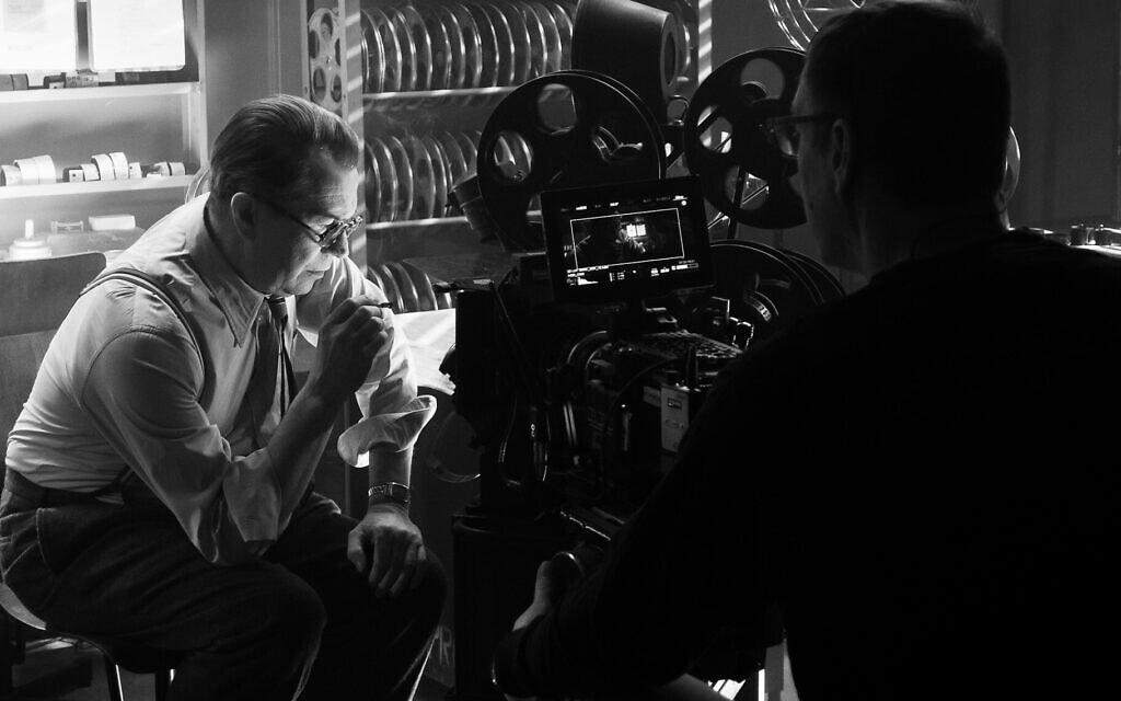 """גארי אולדמן על סט הסרט """"מאנק"""" (צילום: Nikolai Loveikis/Netflix via JTA)"""