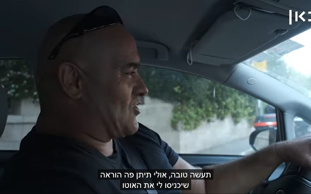 """פעיל הליכוד איציק זרקא מסכם עם שוטר שיכניס אותו דרך המחסום """"כמו בפעם שעברה"""", צילום מסך מכתבה ב""""כאן חדשות""""."""